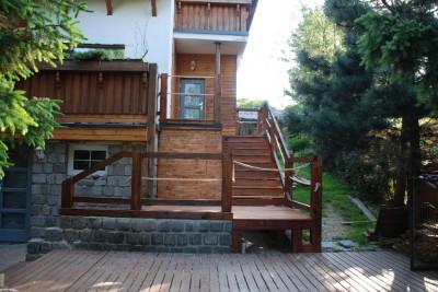 Stavba dřevěného venkovního schodiště.